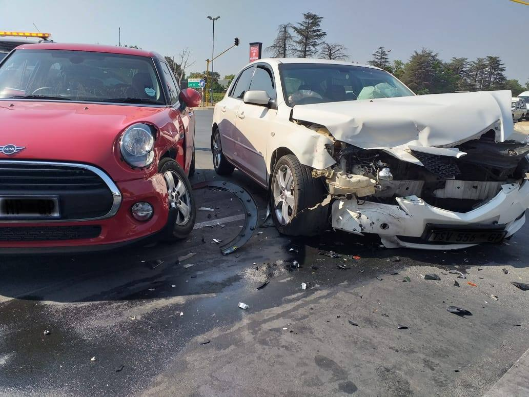 Two-vehicle collision in Lonehill